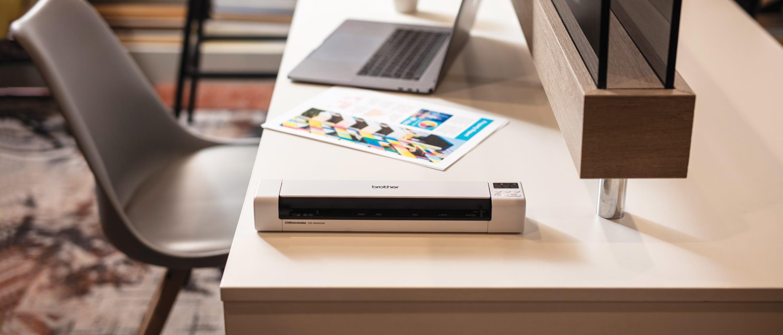 Brother DSmobile DS-940DW stolni mobilni skener dokumenata, A4 dokument u boji, bilježnica, siva stolica