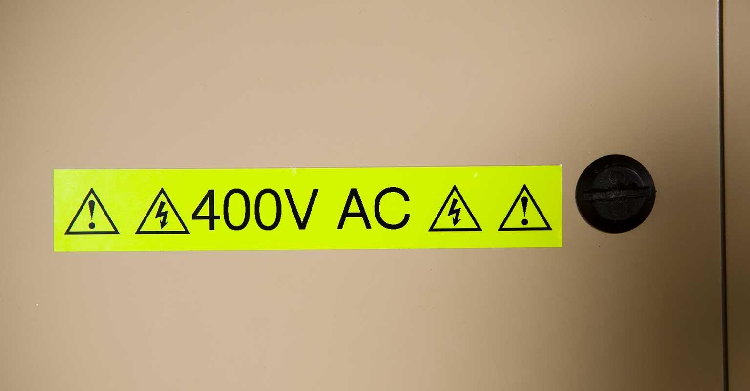 P-touch fluorescentna TZe traka upozorava na napon