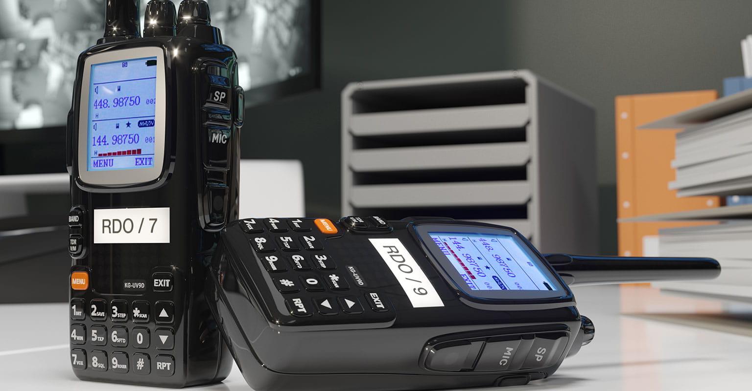Dva radio walkie-talkie uređaja s identifikacijskim naljepnicama koje su izrađene na Brother P-touch pisaču naljepnica