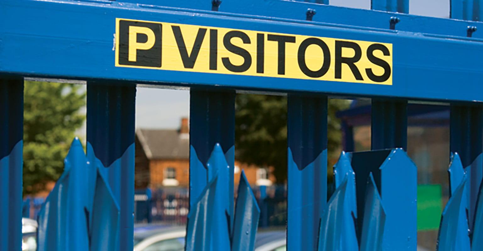 Žuta naljepnica s crnim natpisom koja prikazuje parkiralište za posjetitelje