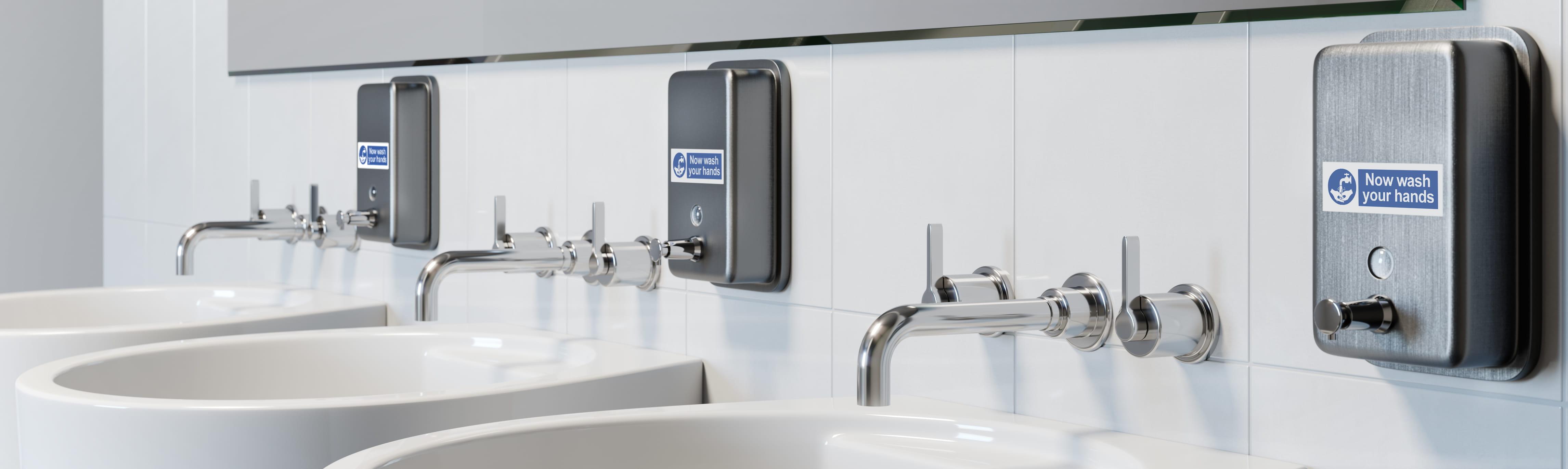 Tri umivaonika u kupaonici s naljepnicama Brother p-touch