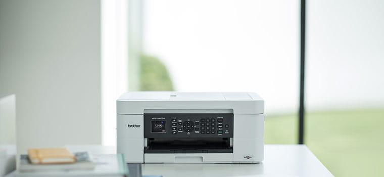 Brother MFC-J497DW tintni višenamjenski uređaj na stolu u kućnom uredu