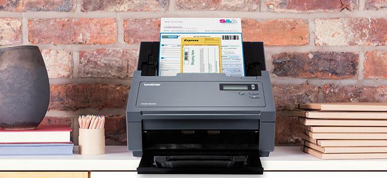 Brother PDS-6000 profesionalni skener skenira dokument, cigleni zid, vaza, bilježnice