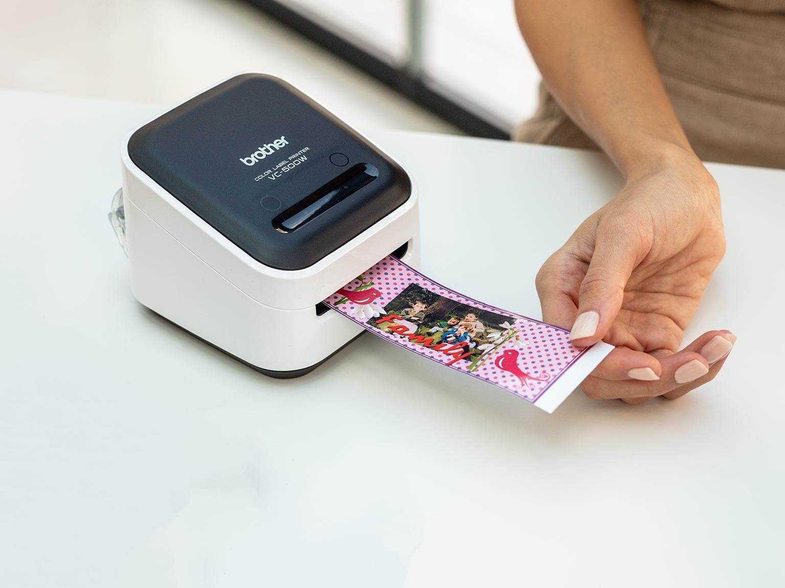 Brother VC-500W pisač u boji ispisuje široku naljepnicu koja uključuje fotografiju