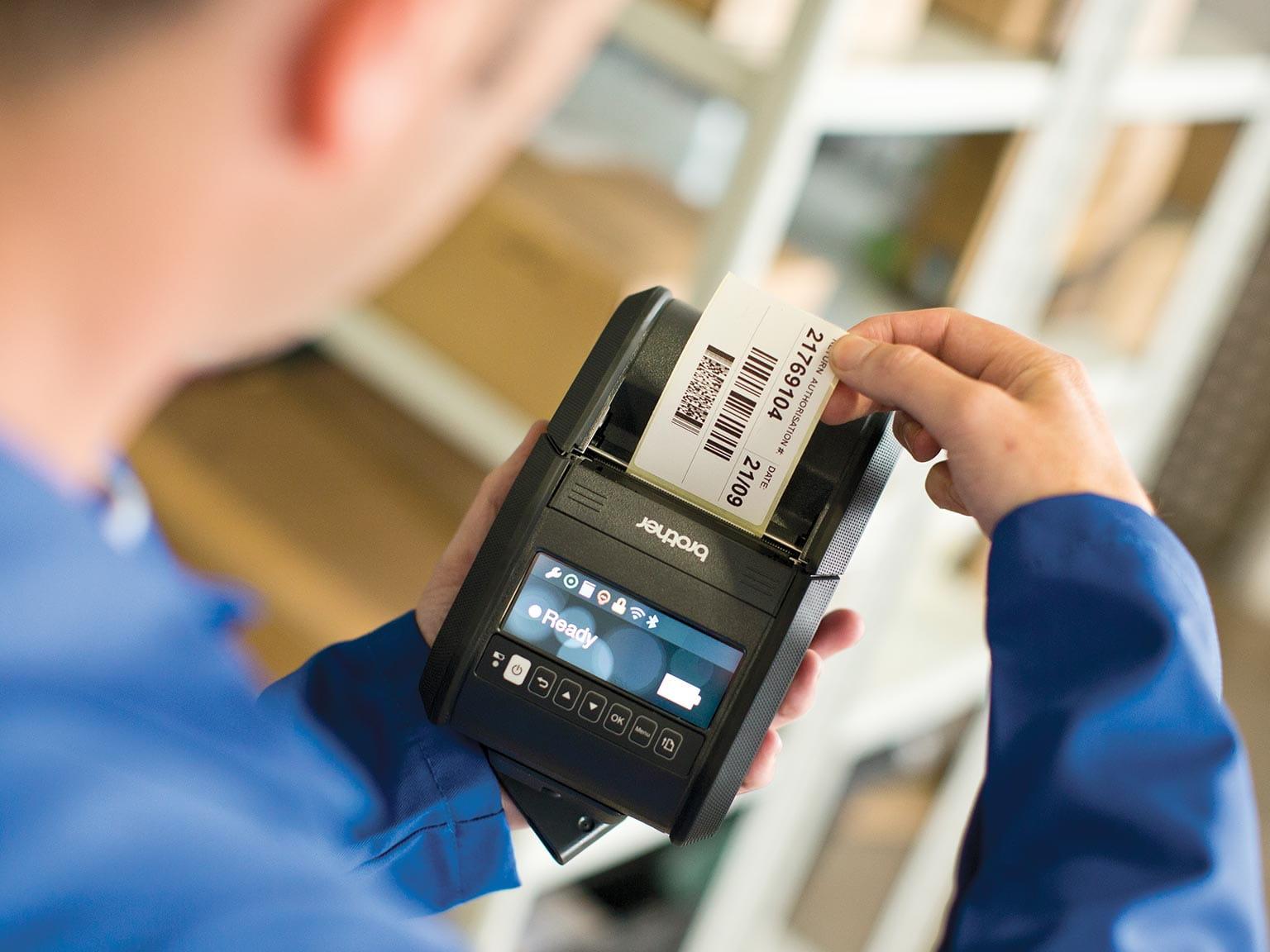 skladištar drži RJ printer koji ispisuje naljepnicu