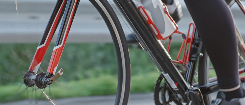 biciklista vozi crvenu biciklu