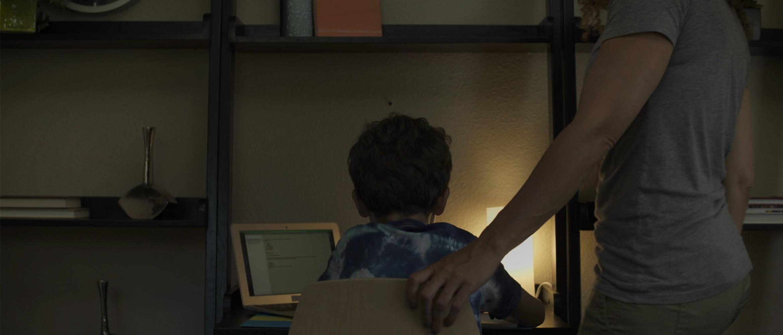 Mama pomaže sinu kod zadaće