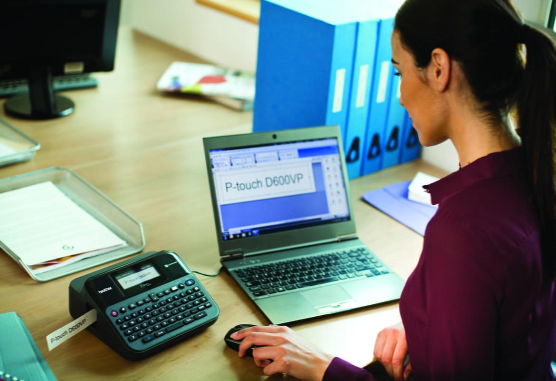 Žena s repom koristi pisač naljepnica Brother PT-D600