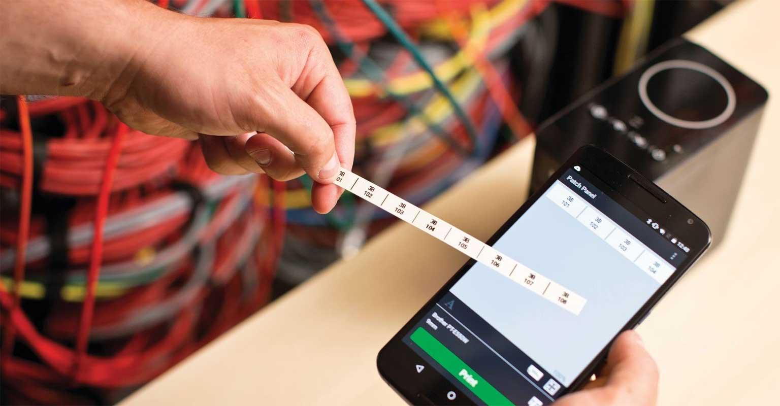 Aplikacija Cable Label Tool kabela na pametnom telefonu s ispisanom naljepnicom Brother P-touch