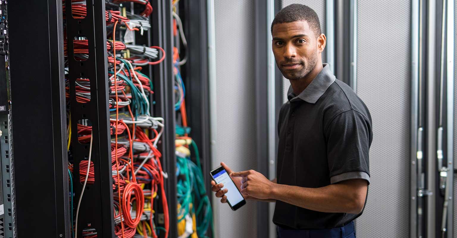 Mrežni tehničar koji koristi aplikaciju Brother iLink&Label na svom pametnom telefonu