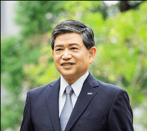 Ichiro Sasaki - izvršni direktor i predsjednik uprave Brother Industries Ltd Japan – portret u poslovnom odijelu i kravati, sa zelenilom u pozadini
