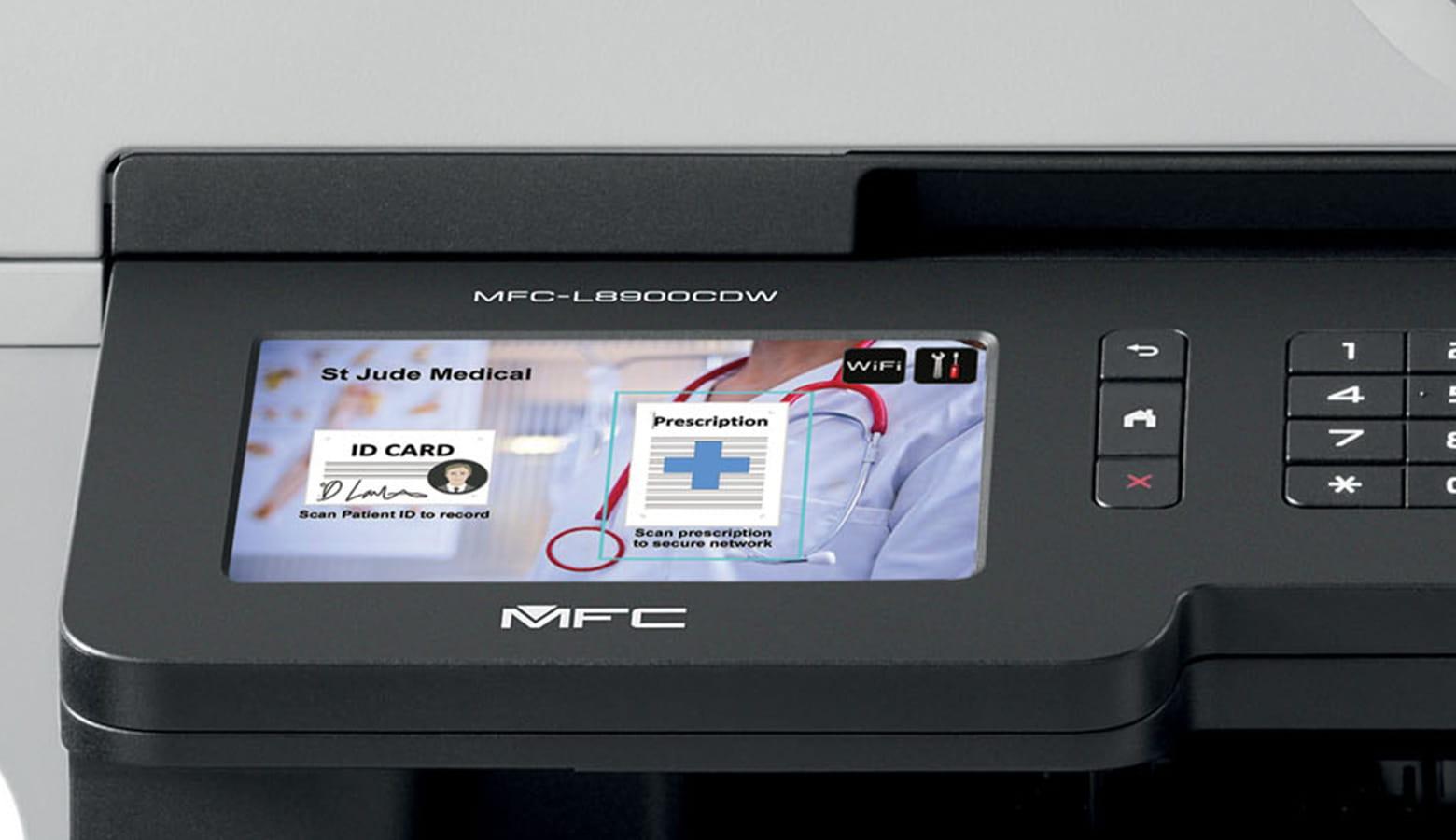 dodirni zaslon MFC-L8900CDW prilagođen za zdravstvo s osobom koja nosi bijeli ogrtač