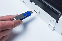 Prijenosni kompaktni skener dokumenata ADS-1200 skenira na USB ključ