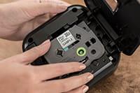 Umetanje kasete s trakom TZe v P-touch Cube Plus