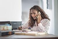 Žena z dugom kosom priča po telefonu